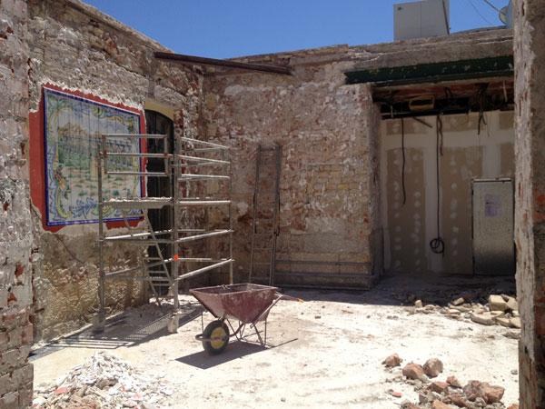 El área de la cafetería. A la izquierda se está preservando el mural cerámico de Larios con un motivo ferroviario.